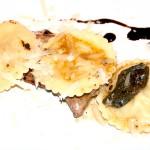 Ravioli gefüllt mit Apfel auf Kalbsleber-Scheiben