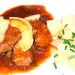 Schweinsschulter mit Apfel und Kartoffeln