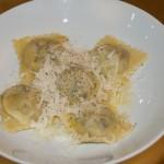 """2. Gang: """"Raviuls da trin"""" (Frische Ravioli mit gedörrten Birnen) mit geriebenem Parmesan und Butterschmelz"""