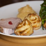 4. Gang: Karibischer Schweinebraten mit einer Pommes Dauphines-Duchesse-Kreation, dazu Quitten-Mousse und Herbstsalat